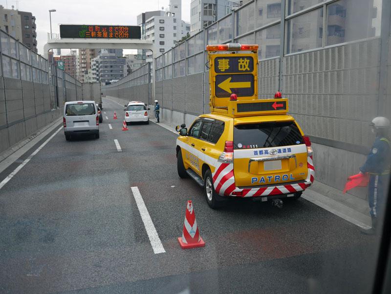 写真は首都高山手トンネルでの事故。