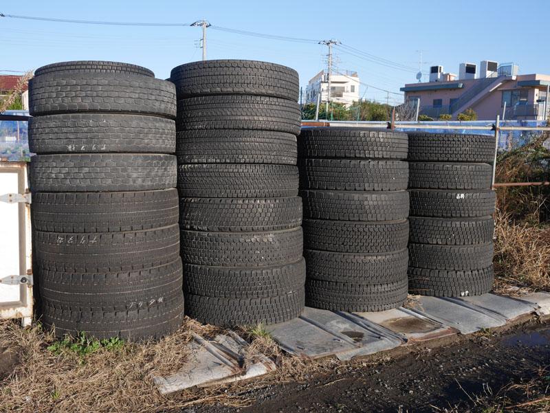 写真は関係ないけど、車庫に補完してあるタイヤ。