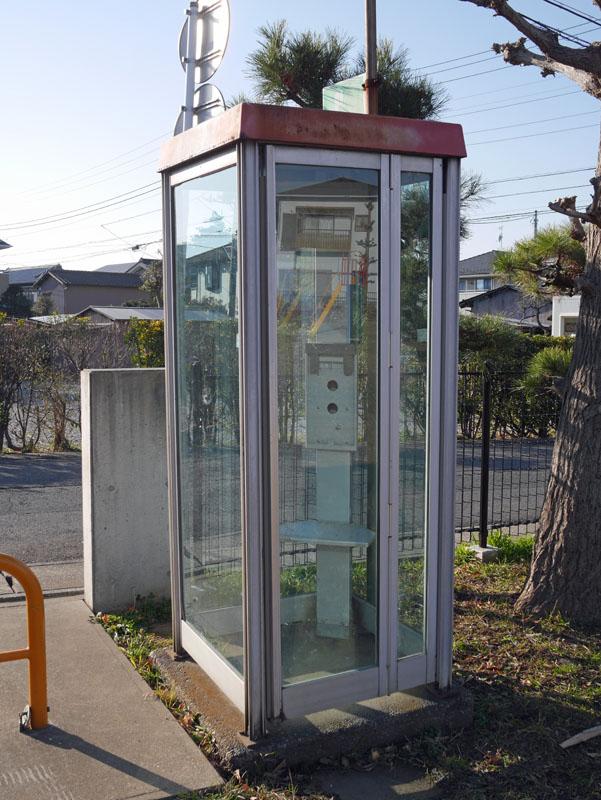 中に入って電話機の取付部分を撮影しようと思った。がしかし、ドアが開かない。この中に入って何かしようとするヤツがいるとも思えないが、悪戯防止か。