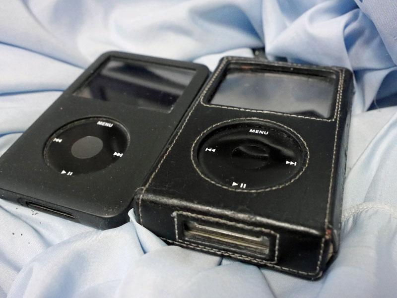 右側がiPod 5G 60G。革のケースはなかなかの高級品。5000円くらいしたと思う。