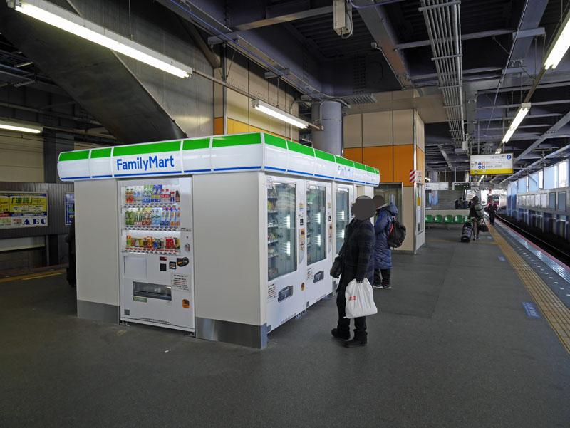 青砥駅のコンビに?ファミマのカンバンが出ているのに、パンも含めて全部自販機でした。駅の売店はどんどん減っているし、合理化しているからな。京成線の中では乗降客が多い駅だと思うが、この状態でした。